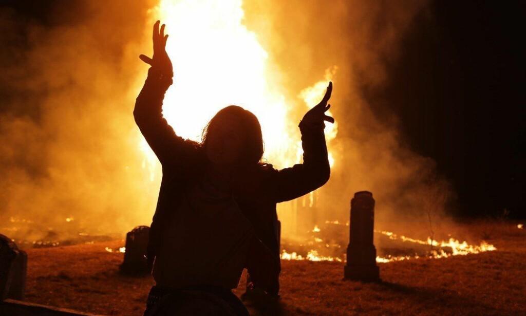 KIRKEBRANN: Fortellingen om svartmetallmiljøet i Norge på 90-tallet, er brutal. Torsdag ble Lords of Chaos vist i Norge før første gang. Foto: BIFF