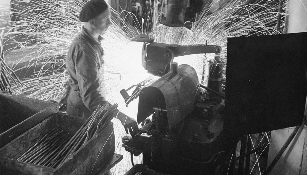 <strong>Serieproduksjon:</strong> Her jobbes det ved en av sveisemaskinene i fabrikken med å sveise sammen bakre delen av sykkelrammen. Foto: Sverre A. Børretzen / Aktuell / NTB Scanpix