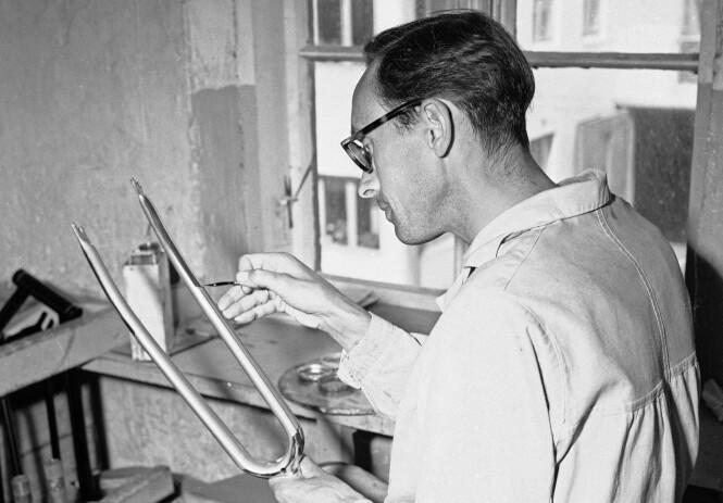 <strong>Presisjonsarbeid:</strong> «Her holder Rasmus Rasmussen på med staffering av en gaffel», skrev Aktuell i 1949. Foto: Sverre A. Børretzen / Aktuell / NTB Scanpix