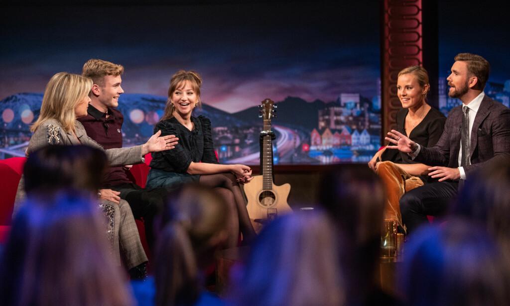 FULL LATTER: Beskrivelsen av sexscenen mellom Tarjei Sandvik Moe og Andrea Bræin Hovig får hele salen til å le under «Senkveld». Foto: TV 2