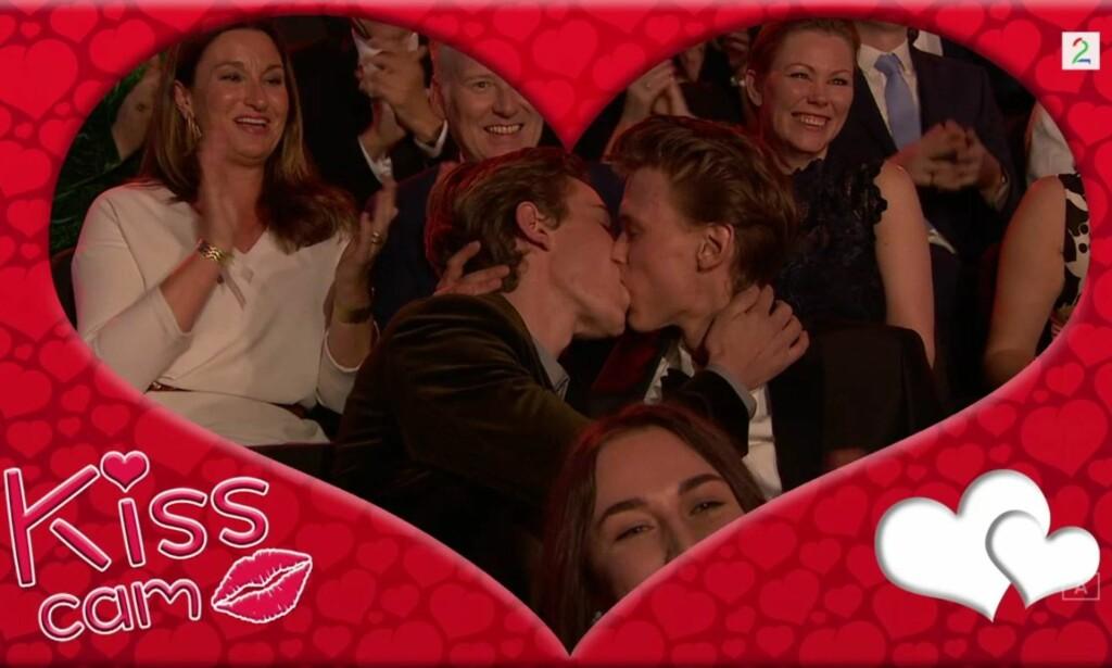 SKAM-KYSS: Tarjei Sandvik Moe og Henrik Holm fikk publikum til å juble da de kysset hverandre i Grieghallen i fjor. Foto: TV 2.