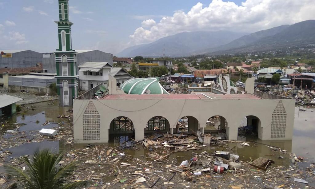 ØDELEGGELSER: Ruinene av en moské som har blitt ødelagt av det jordskjelvet og tsunamien som rammet Palu i Indonesia fredag. Foto: AP Photo/Rifki