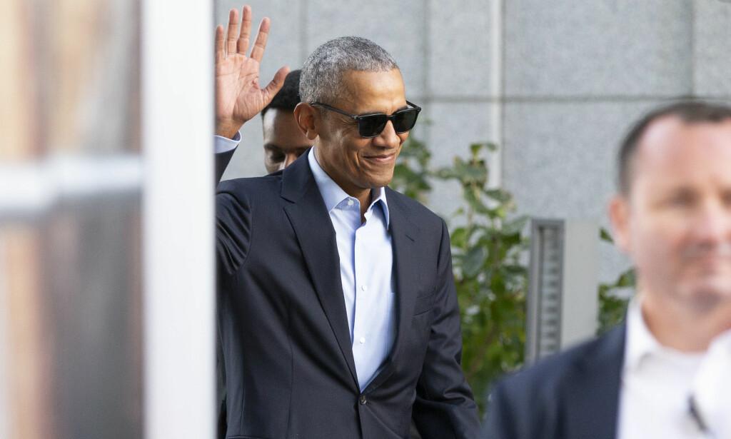 GLADGUTT: USAs tidligere president Barack Obama smilte og vinket til pressen og fansen utenfor The Theif i Oslo før han satte kursen mot Oslo Business Forum, der han talte foran 3000 mennesker. På raideren hadde han et spesielt krav. Foto: NTB scanpix