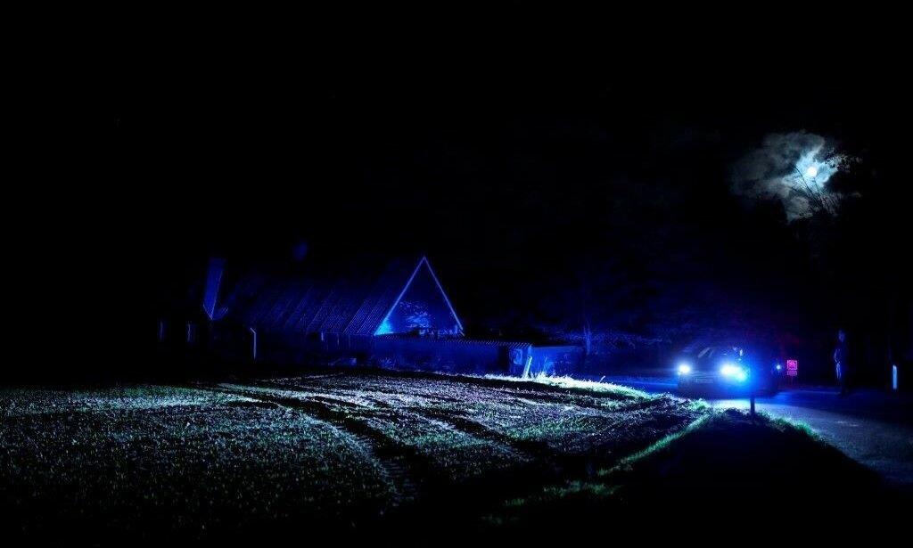 AKSJONERTE I FEIL SAK: Småbyen Espe på Fyn ble invadert av politi natt til lørdag spor av personene i den stjålne leiebilen fra Sverige. To ble pågrepet - og løslatt lørdag - men verken de eller bilen hadde noe å gjøre med grunnlaget for den gigantiske biljakta. Foto: Carsten Bundgaard Andersen, NTB Scanpix.