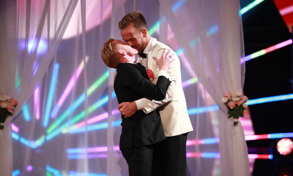 KLINTE TIL: Morten Hegseth klinte til med ektemannen Anders Riiber etter at han danset en imponerende Jive til ære for ekteskapet. Foto: NTB Scanpix