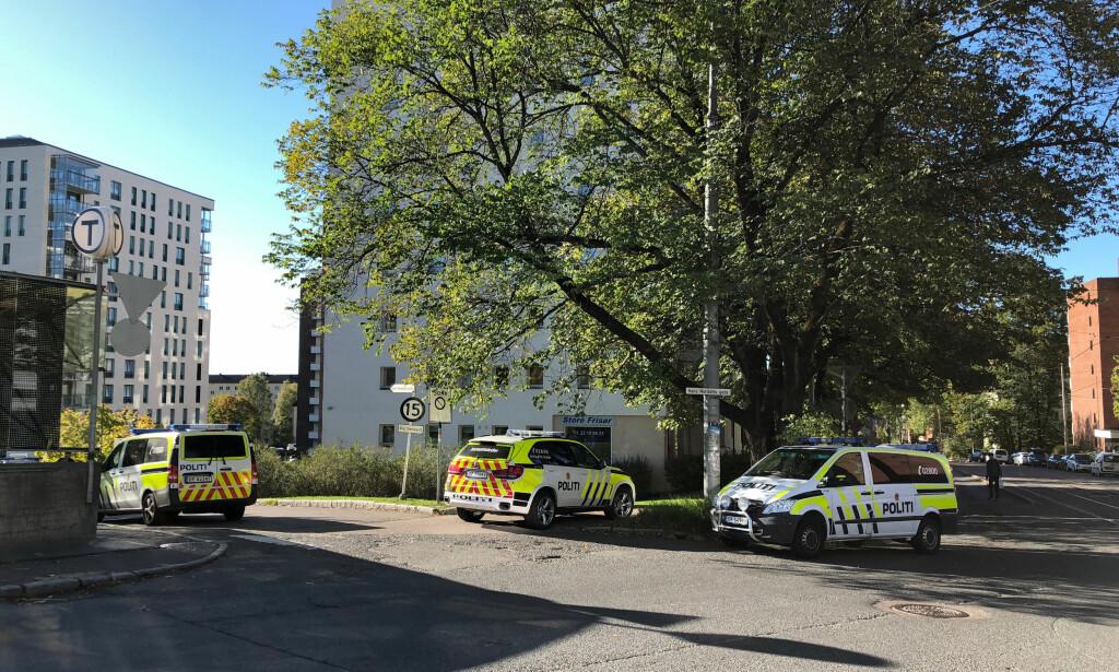 SJU ARRESTERT: Sju personer er arrestert etter en voldshendelse i en leilighet på Storo i Oslo. Ifølge den fornærmede skal de ha vært truing med kniv. Foto: Tormod Brenna / Dagbladet