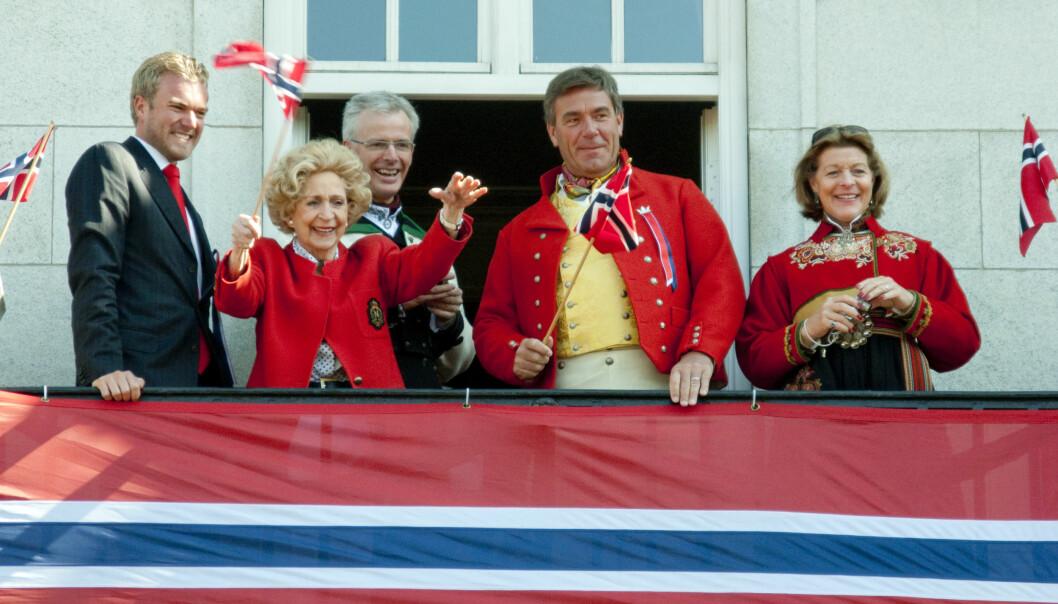 GODE VENNER: Wenche Foss var en nær venn av Treschow. Her feirer de 17. mai sammen i 2009 fra balkongen på Grand Hotel. Foto: NTB scanpix