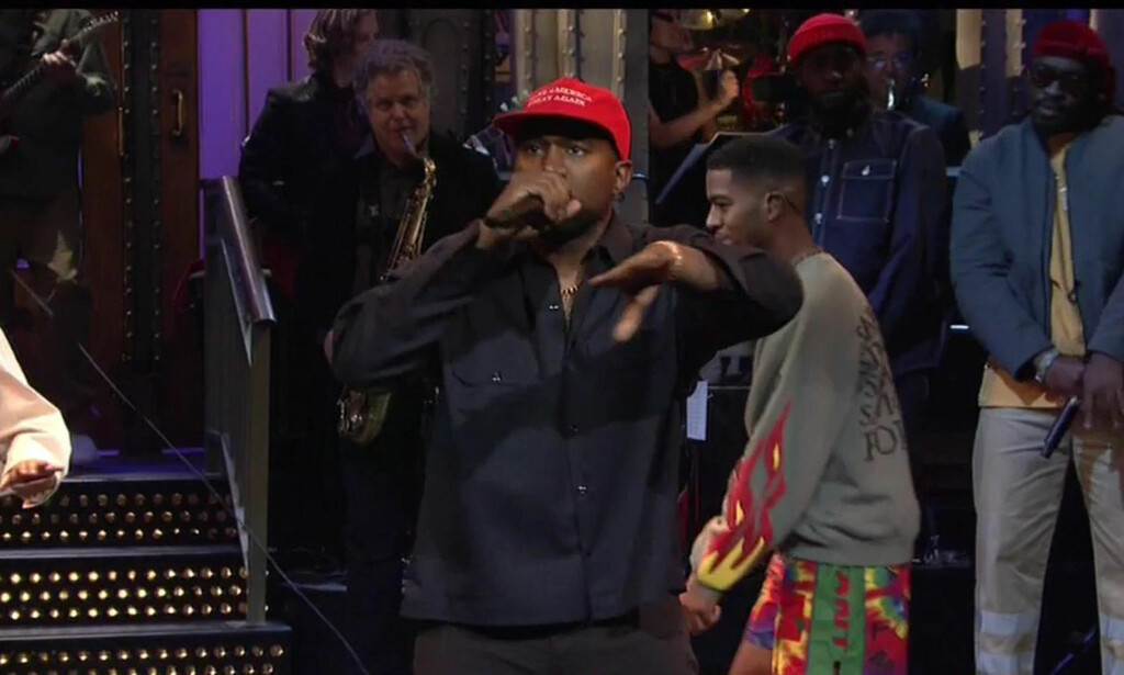IMPRO: Kanye West avsluttet lørdagens «Saturday Night Live»-opptreden med en improvisert tale, iført en rød «Make America Great Again»-caps.. Foto: NTB Scanpix.