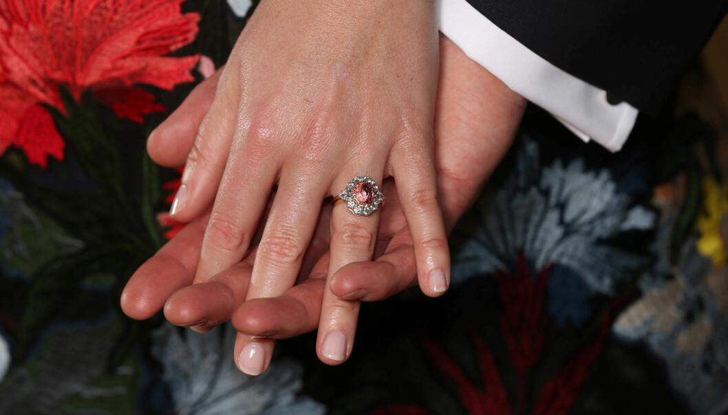 FORLOVELSESRINGEN: Jack Brooksbank ga prinsesse Eugenie en ring med safir-stein omringet av diamanter. Foto: NTB Scanpix