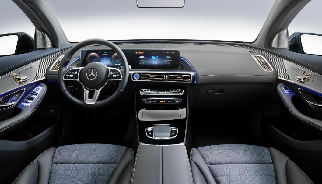KJENT FRA FØR: Innvendig ble bilen som ventet lik sine slektninger. Den lange planken av en skjerm er på plass. Foto: Mercedes-Benz