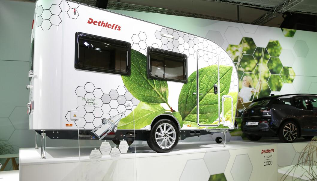 <strong>NYTENKING:</strong> Dethleffs har valgt å utstyre campingvognen med et stort batteri, solceller og to elmotorer. Foto: Fred Magne Skillebæk