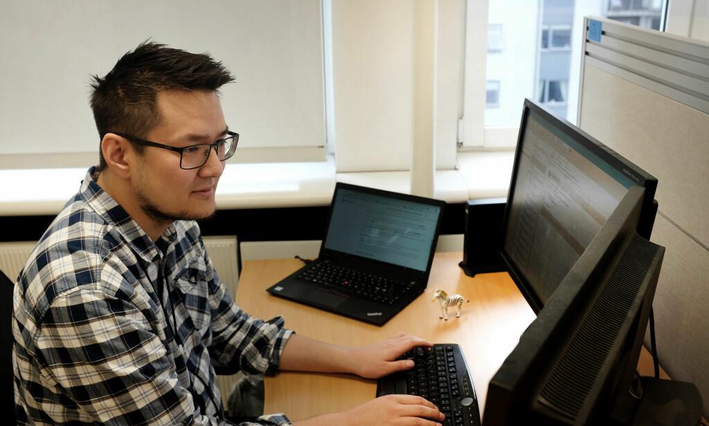 Joakim hoppet i det, og startet sitt eget AS. Her ved arbeidsstasjonen hos NAV. Foto: Jørgen Jacobsen