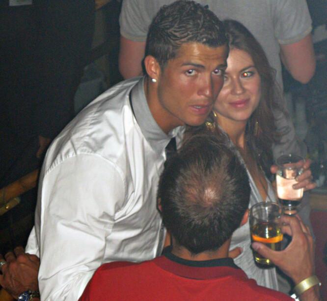 <strong>FESTET SAMMEN:</strong> Cristiano Ronaldo og Kathryn Mayorga nyter drikke sammen på nattklubben. Foto: NTB Scanpix