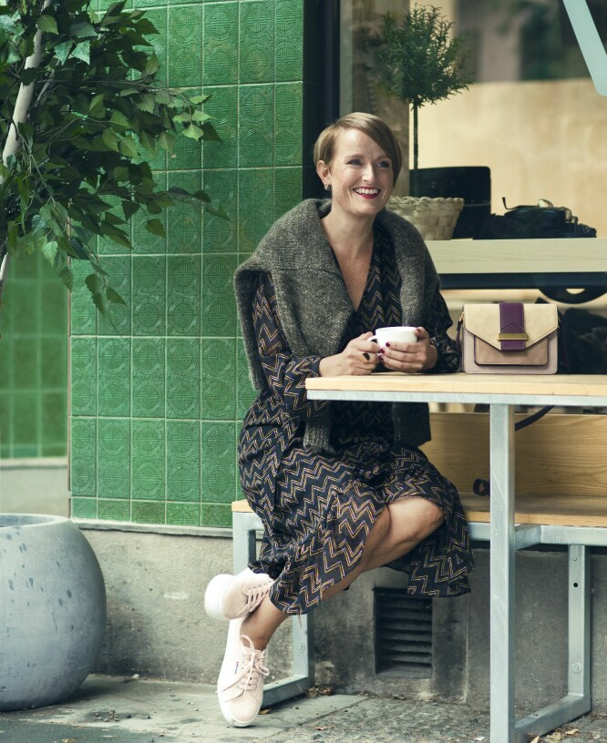 BENTE HAR PÅ SEG: Kjole (kr 1800, Stella Nova), genser (kr 2495, Lexington), veske (kr 300, Accessorize), ring (kr 795) og øredobber (kr 695, begge fra Calvin Klein) og sko (kr 1100, Superga). FOTO: Astrid Waller