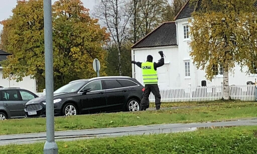 - MÅ HA SETT FLAGGENE: Politiet var i full aksjon med trafikkontroll da et gravfølge kom ut av Bardu kirke i forrige uke. - Du stiller deg ikke opp med to biler når det vaier flagg på halv stang i porten, sier Randi Aasvang Hansen, en venn av avdøde, til avisa Nye Troms. Foto: Privat
