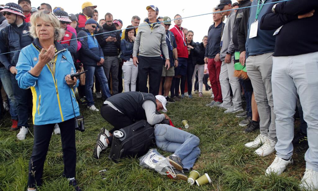 MISTET SYNET: Den kvinnelige tilskueren som ble truffet av en golfball under Ryder Cup fredag, sier hun har mistet synet på det ene øyet og vurderer å gå til erstatningssak. Foto: AP Photo/Francois Mori/NTB Scanpix