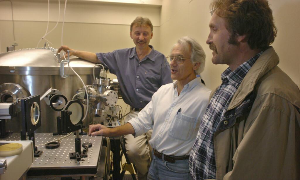 NOBELS FYSIKKPRIS: Professor Gerard Mourou (i midten) fotografert på en lab ved University of Michigan i 2004. Foto: The Ann Arbor News, Robert Chase / NTB scanpix