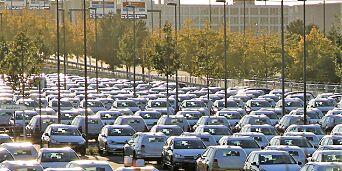 image: Her står et hav av VW-biler strandet på en flyplass etter tysk dieselforbud