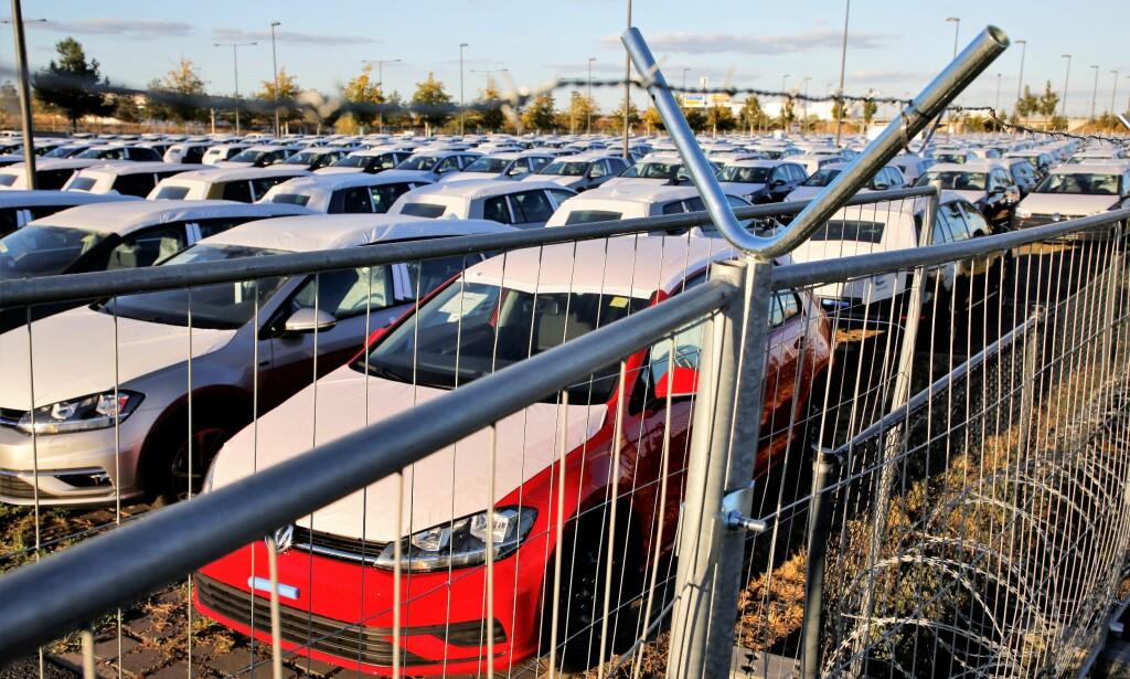 GODT SIKRET: Parkeringsplassene er godt sikret med gjerder og piggtråd. Foto: Asbjørn Svarstad