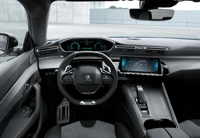 INSTRUMENTER OVER RATTET: Om designen utvendig er særegen, er den det også i interiøret. Som i andre modeller fra merket, har man instrumentpanelet i synsfeltet mot veien. Foto: Peugeot