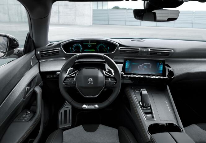 <strong>INSTRUMENTER OVER RATTET:</strong> Om designen utvendig er særegen, er den det også i interiøret. Som i andre modeller fra merket, har man instrumentpanelet i synsfeltet mot veien. Foto: Peugeot
