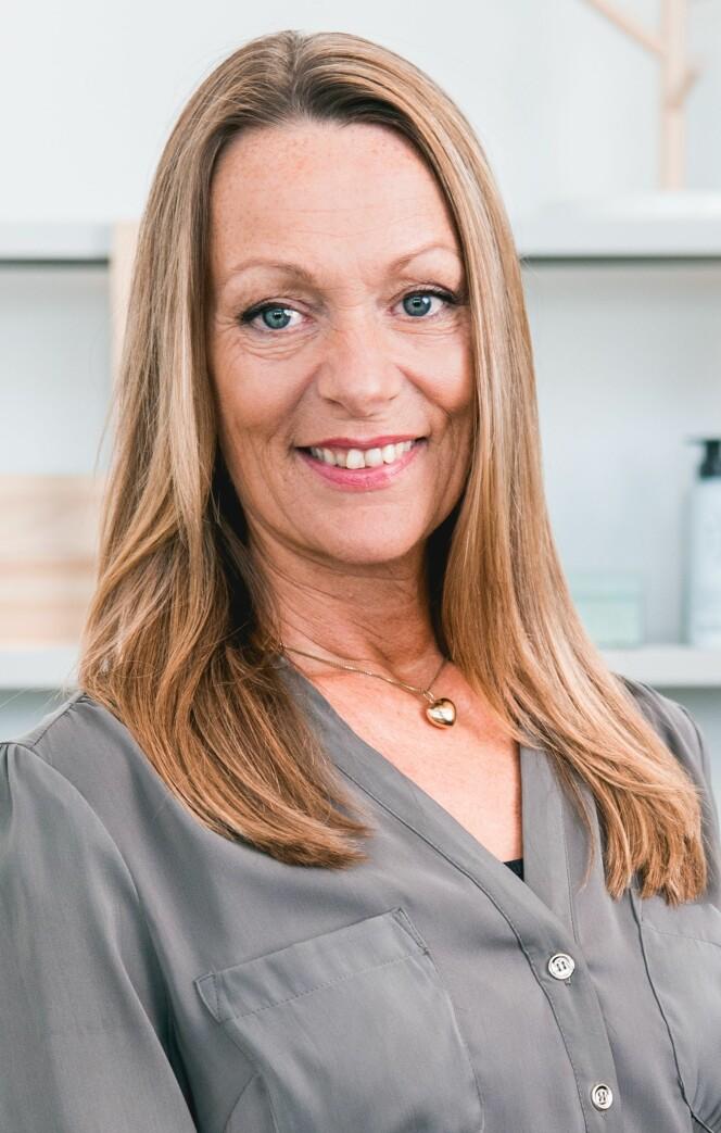 TIPSER: Hvis du sliter med med tørr hodebunn anbefaler Lise Holm-Glad, leder for Defines frisørteam, blant annet å vaske håret sjeldnere og å unngå sterke hårprodukter. FOTO: Privat