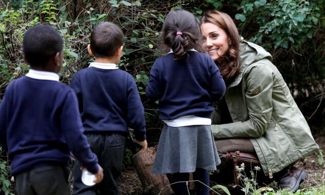 I NATUREN: Kate og barna lette etter insekter i naturen. Foto: NTB Scanpix