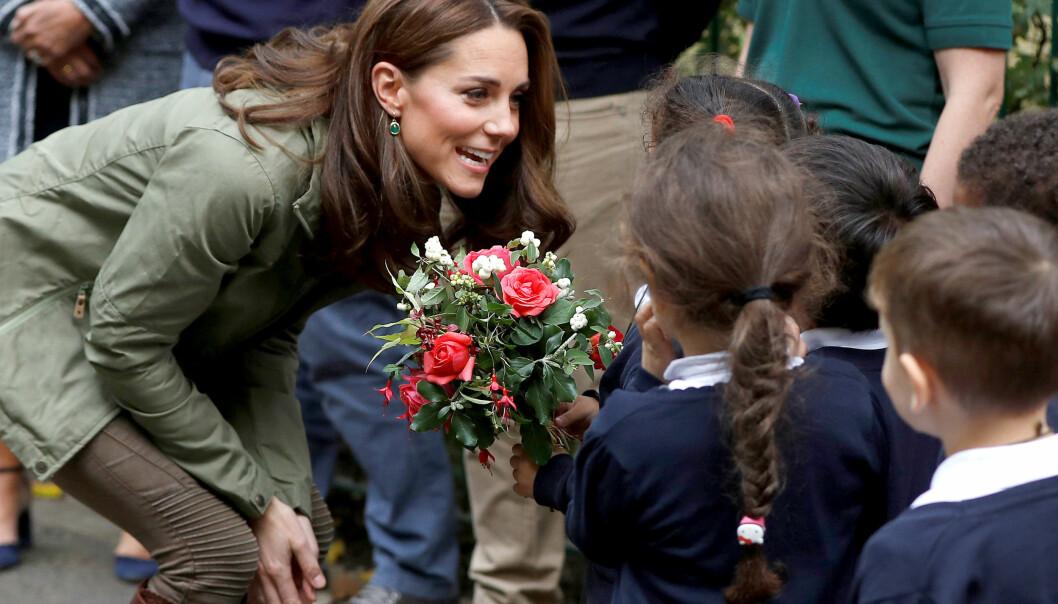 POPULÆR: Barna hadde med blomster som de ga til Kate. Foto: NTB Scanpix