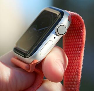 NY DIGITAL KRONE: Den ser ut som før, men på innsida sitter en ny sensor som gjør det mulig å ta en EKG - i tillegg til at den gir haptiske tilbakemeldinger når du roterer på den. Foto: Kirsti Østvang