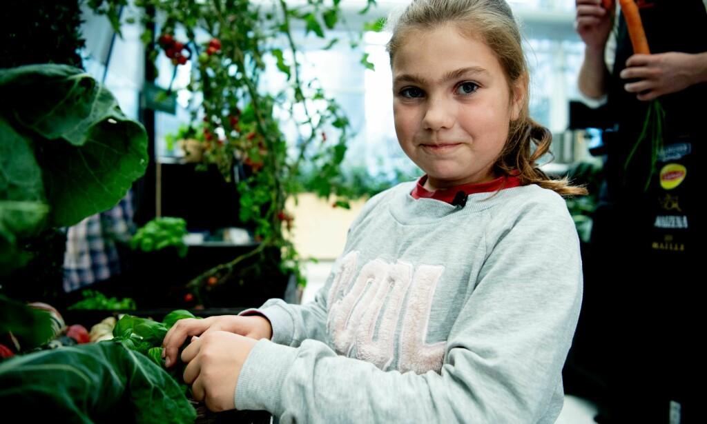 NATURLIGE RÅVARER: Maja (9) ble overrasket over at det var brukt så mange tomater i en posesuppe.