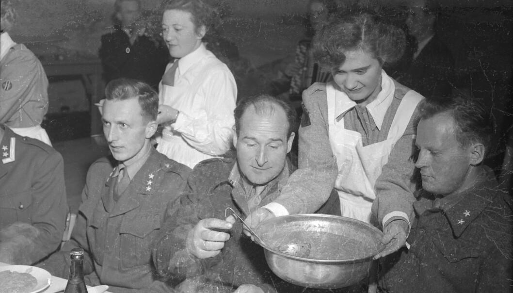 <strong>UNGE:</strong> Mange av kvinnene som tok jobb eller søkte tjeneste før i tiden, var ugifte. Her fra en soldatfest i 1952. FOTO: Schrøder / Arbeideravisa