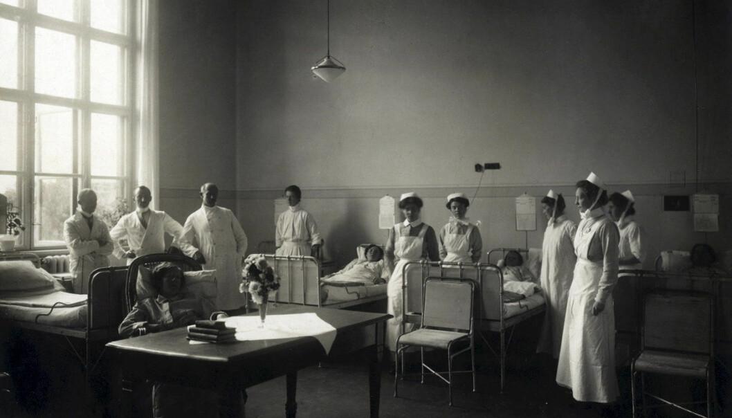 <strong>SYKEPLEIERE:</strong> Legevisitt på Ullevål sykehus ved forrige århundreskifte. Maktkampen mellom kjønn og fag begynte tidlig. FOTO: A.B. Wilse / Oslo byarkiv