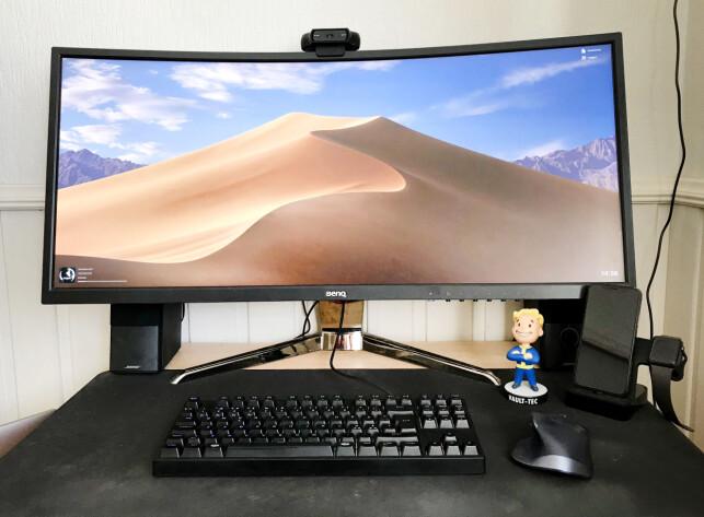 Slik ser hjemmekontoret til Jesper Thøgersen ut. Til høyre står Pipboy fra Fallout-spillserien. Foto: Privat