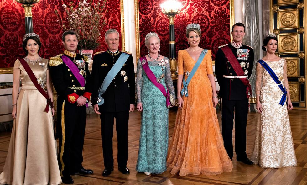 PÅ HVER SIN SIDE: Tonen mellom danskenes kronprinsesse Mary (ytterst til venstre) og prinsesse Marie (ytterst til høyre) skal visstnok være verre enn noen gang. Foto: NTB Scanpix