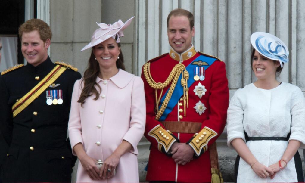 DRAMA I KULISSENE?: Prinsesse Eugenie (ytterst t.h.) skal gifte seg senere denne måneden. Nå kommer det frem påstander om at hun angivelig måtte utsette bryllupet - og dét på grunn av prins Harry (t.v.). her er familien avbildet under Trooping The Colour-seremonien i 2013. Foto: NTB Scanpix