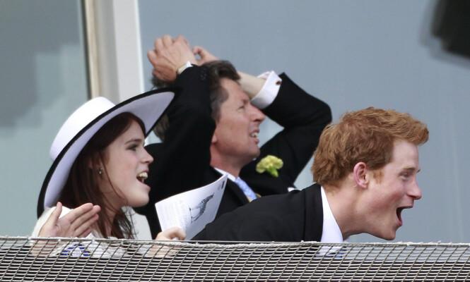 GODE VENNER: Prinsesse Eugenie og prins Harry er gode venner, og blir ofte sett i lystig lag sammen - som her under et hesteløp i 2011. Foto: NTB Scanpix
