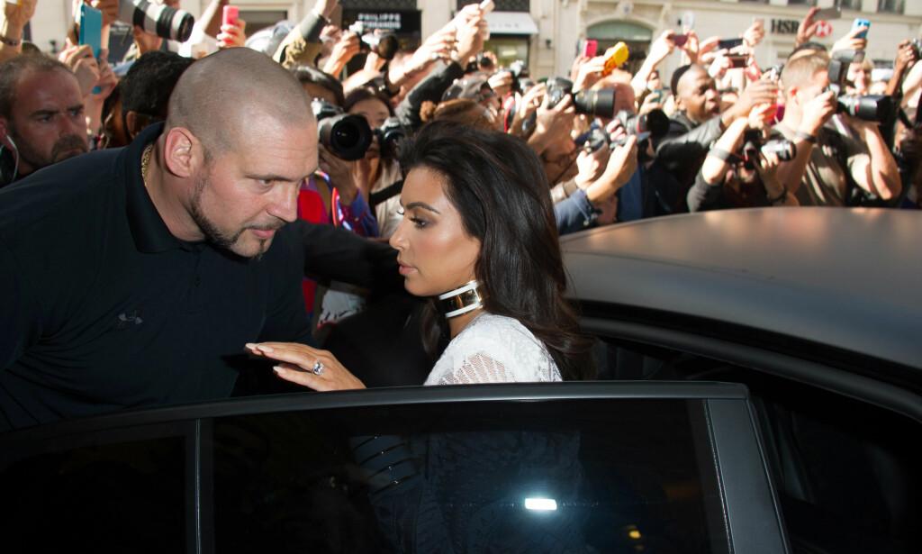 HØYRE HÅND: Pascal Duvier var på plass da Kim Kardashian var i Paris i anledning moteuka i september 2014. På samme tid to år senere ble hun ranet i motebyen, mens Duvier befant seg annetsteds. Nå saksøkes han. Foto: Laurent Zabulon/ABACAPRESS/ NTB Scanpix