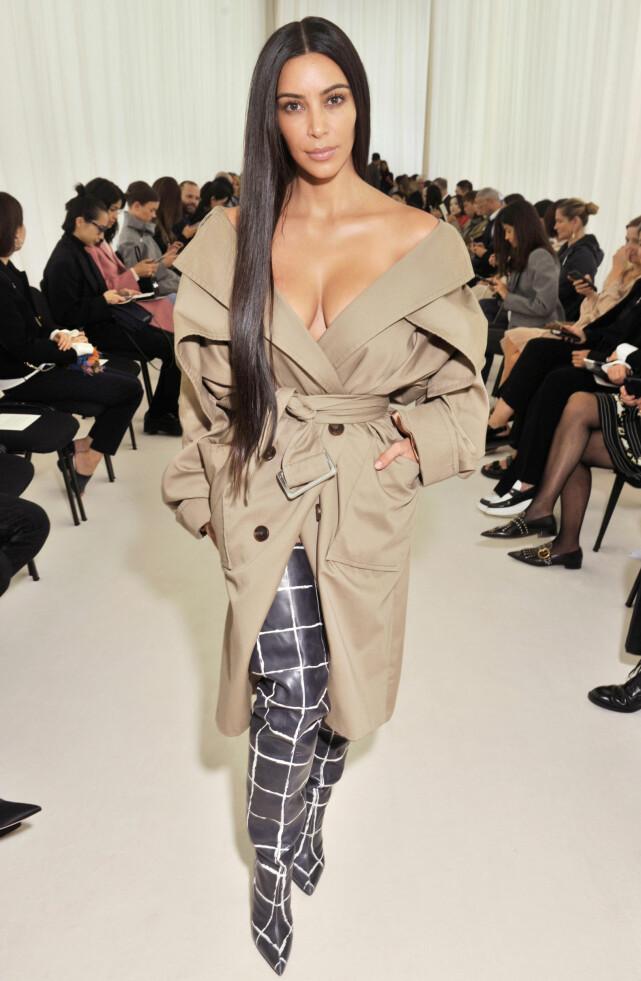 DAGEN FØR: Kim Kardashian var på flere motevisninger i Paris før hun ble ranet. Her er hun fotografert dagen før det grusomme ranet i den franske hovedstaden. Foto NTB scanpix