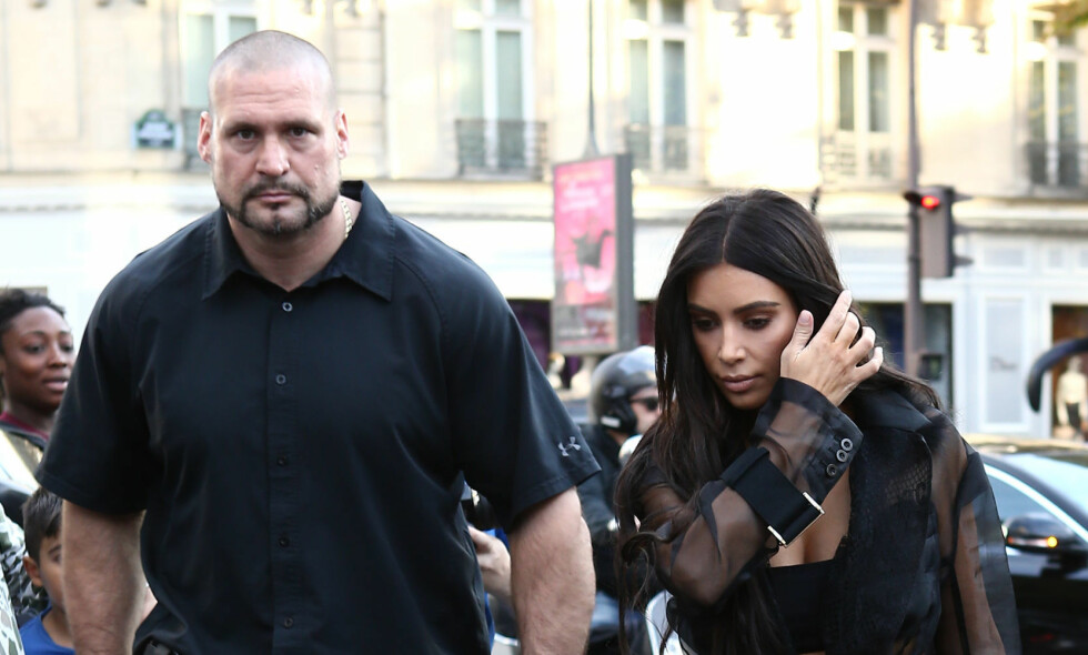 FIKK SPARKEN: Kim Kardashians livvakt gjennom mange år, Pascal Duvier (t.v.), ble sparket etter det brutale ranet realitystjernen ble utsatt for i 2016. Nå blir han også saksøkt for nærmere 50 millioner kroner. Foto: NTB scanpix