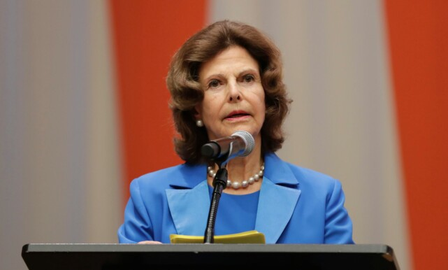 HOLDT TALE: Dronning Silvia var selv med på å starte stiftelsen, som nå finansierte deler av barnedebatten som ble avholdt onsdag 3. oktober. Foto: NTB scanpix