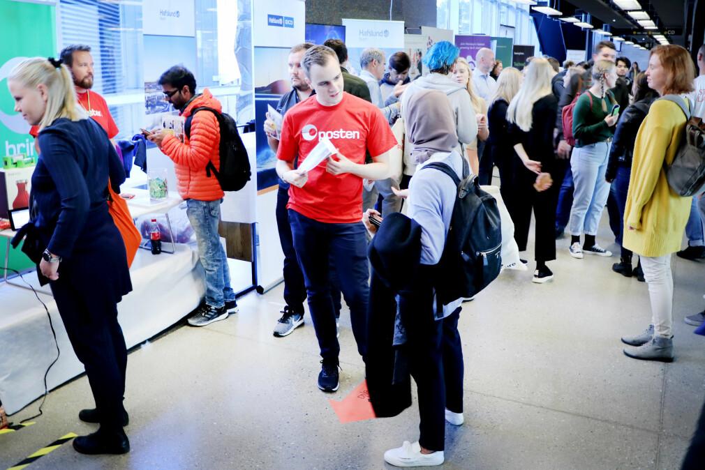 På dagen@ifi prøver selskaper å lokke til seg morgendagens utviklere. Men hva vil dagens studenter helst jobbe med? Foto: Ole Petter Baugerød Stokke