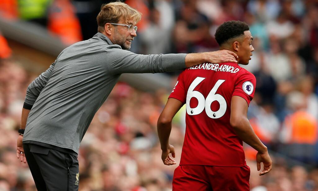 HJELPENDE HÅND: Jürgen Klopp er flink til å ta vare på de unge spillerne i klubben. Foto:  REUTERS/Andrew Yates/NTB Scanpix