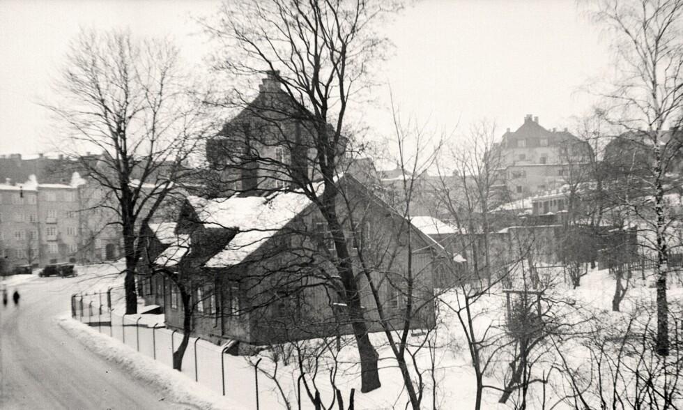 SVUNDNE TIDER: Hertzbergs gate, fotografert i 1924. I bakgrunnen leiegårdene på Jessenløkken, ferdigstilte to år tidligere. Lengst til venstre står et gammelt asketre mens byen lukker seg rundt det. Foto: Oslo Museum/Fritz Holland. Bildet er et utsnitt av originalfoto.