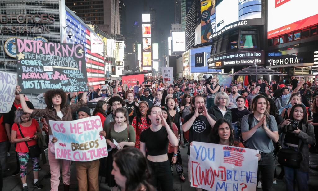 OGSÅ I NEW YORK: Også i New York samlet demonstranter seg torsdag kveld mot Kavanaughs kandidatur. Foto: REUTERS/Stephen Yang