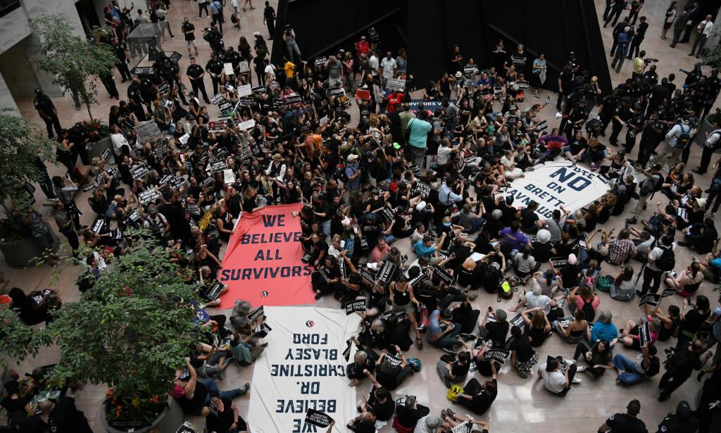 DEMONSTRASJON: Demonstranter samlet seg inne i senatsbygningen Hart for å demonstrere mot Kavanaugh. Foto: Olivier Douliery/ Abaca Press