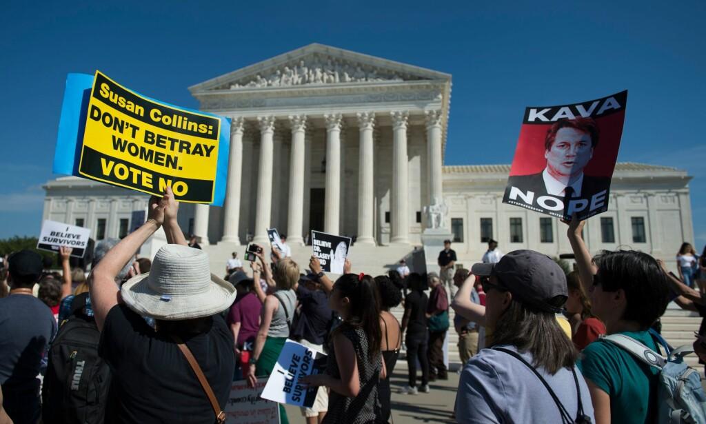 HØYESTERETT: Demonstranter utenfor den amerikanske høyesteretten. Foto: ANDREW CABALLERO-REYNOLDS / AFP