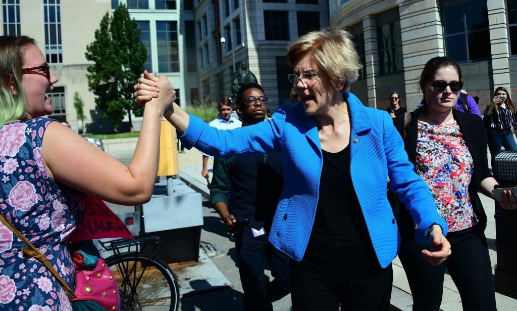 DELTOK: Den demokratiske senatoren, Elizabeth Warren, deltok i demonstrasjonen mot Kavanaugh. Foto: Jim WATSON / AFP