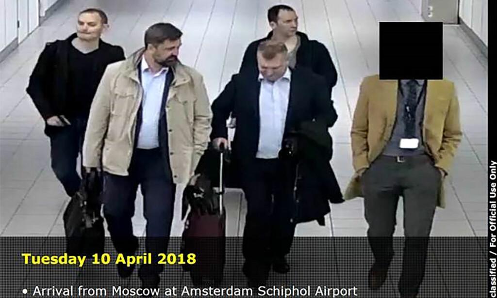 GLADE GUTTER: De fire russerne ankommer Schiphol-flyplassen utenfor Amsterdam. Selv hevder de at de var på guttetur - nederlansk politi mener å kunne bevise at de hadde storstilte hackerplaner. I bevismaterialet mot de fire er det flere pikante - og avslørende - detaljer. Foto: Nederlands forsvarsdepartement / NTB scanpix