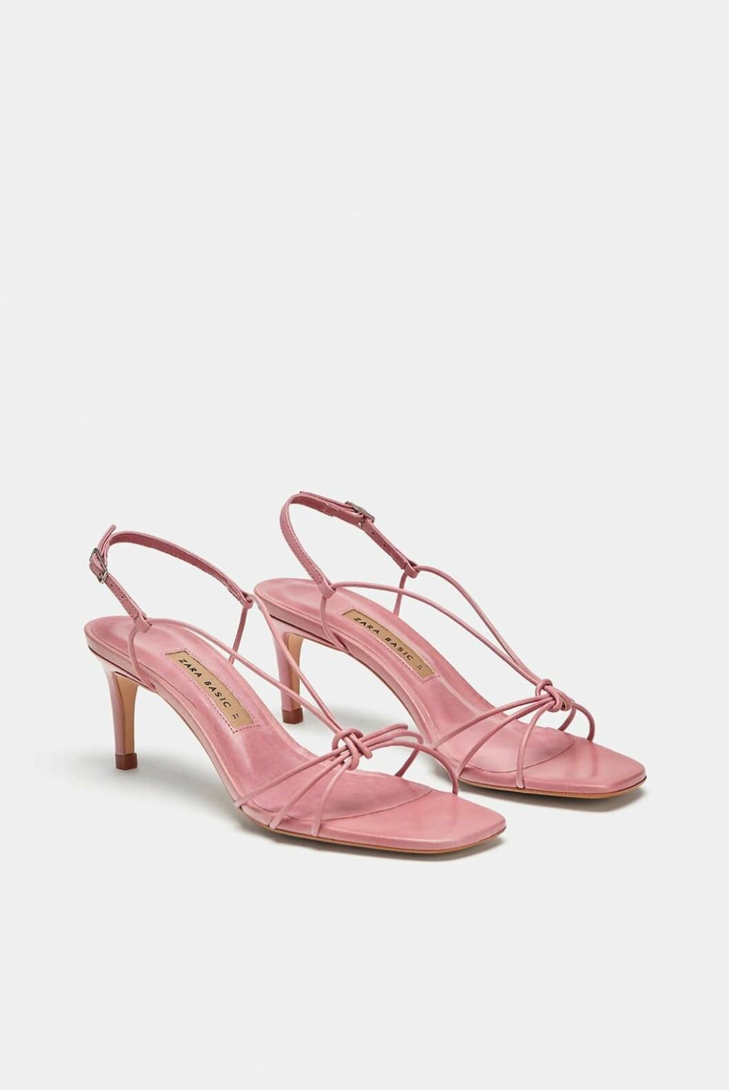 Hæler fra Zara  550,- https://www.zara.com/no/no/h%C3%B8yh%C3%A6lt-skinnsandal-med-remmer-p12336301.html?v1=6618002&v2=1074625