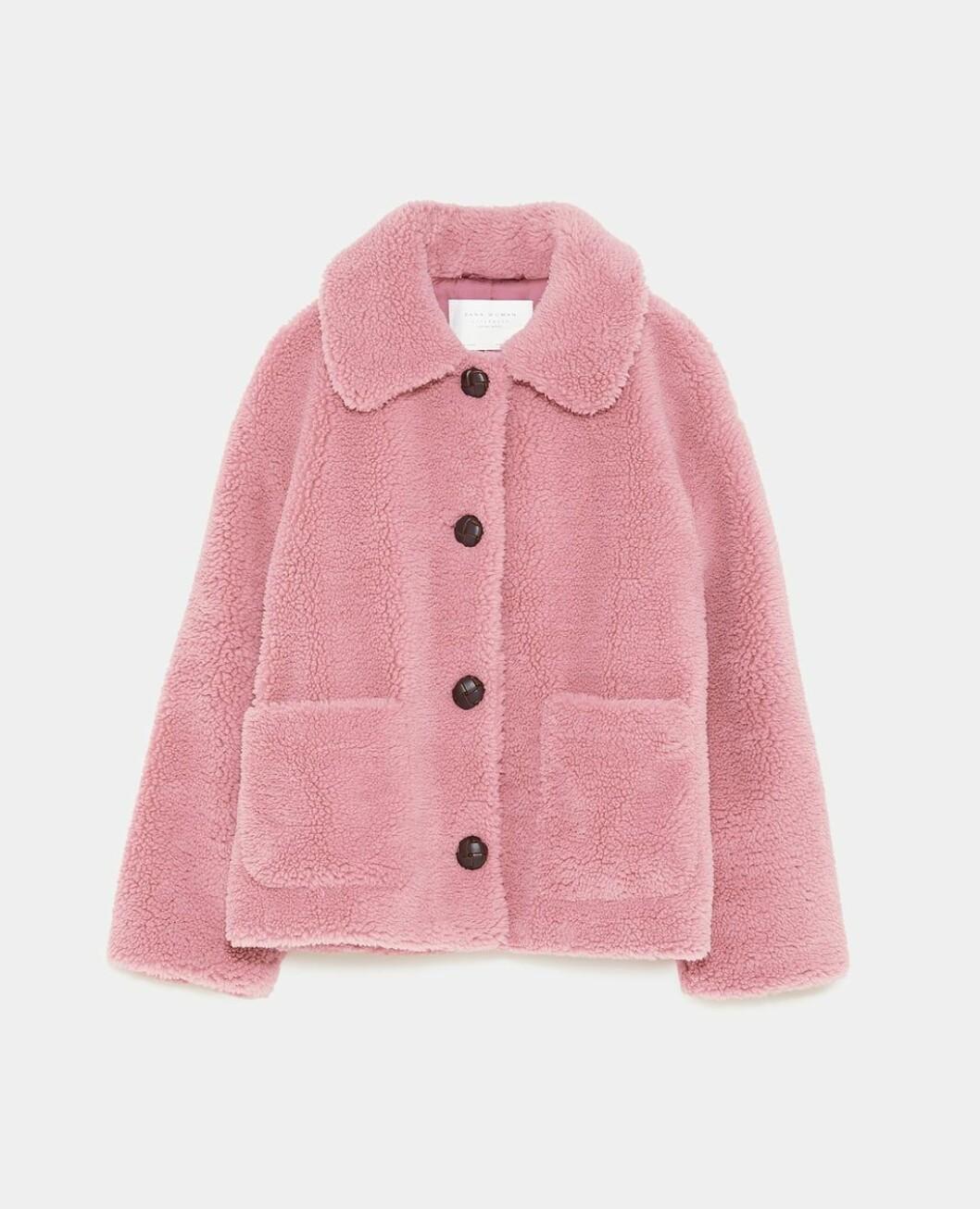 Jakke fra Zara  650,-  https://www.zara.com/no/no/ytterjakke-med-imitert-saueskinn-p02969264.html?v1=7515058&v2=1074507